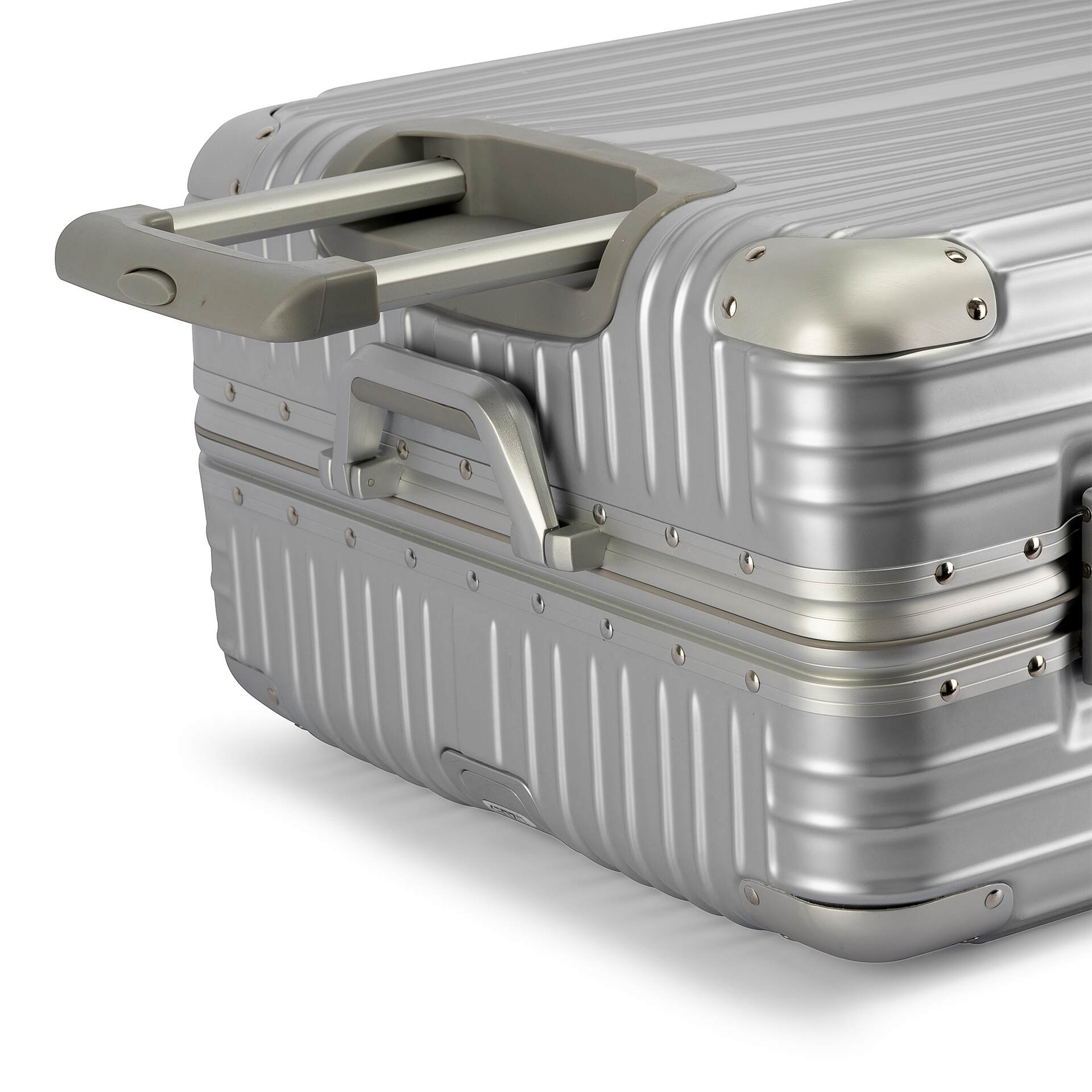 FIVE REASONS TO CARRY A LUGGAGE BAGS EVERYWHERE YOU GO